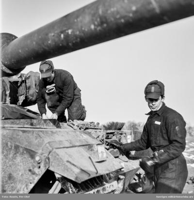 Vagnen förbereds med utrustning för djupvadning. Ledare för övningen var kn Fagerberg PS.   Milregnr: 80451
