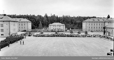 Regement uppställt för fanöverlämning av HM Konungen den 12 aug 1994. Många civila besökare.