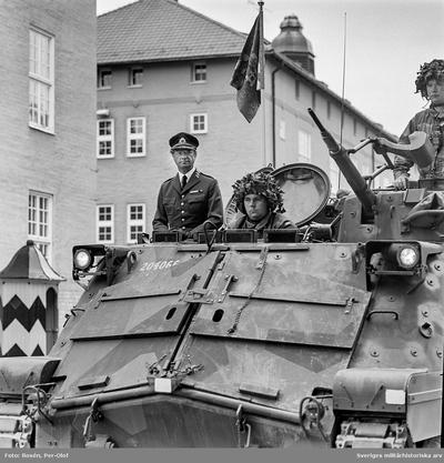 HM Konungen lämnar regementet efter fanöverlämning. Förare är Lt Blom.  Milregnr: 204066