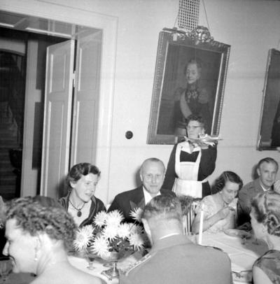 Årets höjdpunkt på mässen var den traditionstyngda Höstmiddagen med fruar. Rektor Märta Palm, flickskolan var inbjuden.  Personer: Märta Palm, Ma Fritz, Sten Göransson, Viveca cavalli, Esse Högstedt och Karin Fritz. Placering, se bild 2.