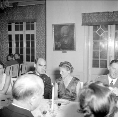 Årets höjdpunkt på mässen var den traditionstyngda Höstmiddagen med fruar.  Personer: Gerald Hamilton, Karin Fritz och Esse Högstedt. Placering, se bild 2.