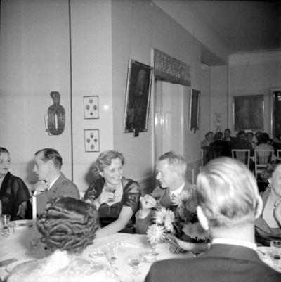 Årets höjdpunkt på mässen var den traditionstyngda Höstmiddagen med fruar.  Personer: Lilian Sörholm, Stig Ritzén och Ulla Wenrud. Placering, se bild 2.
