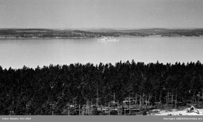 Ett av Flottans fartyg i fjärran -- förmodligen en av Jagarna J 18 Halland eller J 19 Småland.