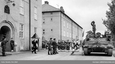 Regementet uppställt för fanöverlämning av HM Konungen den 12 aug 1994. HM Konungen och Foregch Öv 1. Thor-Lennart Loo på väg till en Pbv 302.  Milregnr: 204066