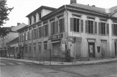 Enköping, kvarteret Borgmästaren nr 4, Torggatan - Kungsgatan, sett från söder, hösten 1957