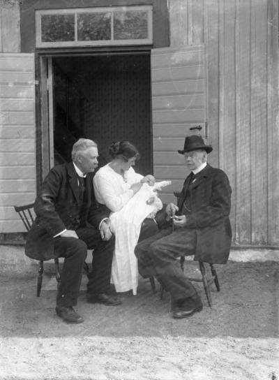 Gruppbild, tre vuxna med ett barn