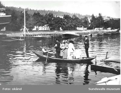Ett sällskap med barnvagn blir rodda över Selångersån.