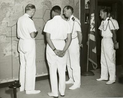 Denna bild visar troligen ett besök av sekonden på Älvsnabben (då tjf FC), kommendörkapten 2.gr Emil Charpentier, hos en högre chef/stabsfunktion i Pearl Harbor, möjligen CINCPAC (Commander-in-Chief Pacific Fleet). I mitten syns ryggen på Charpentier och till höger om honom den svenske marinattachén i Washington, kommendör Nils Gynning. Längst t h i bild syns FC adjutant, fänrik Anders Stävberg.