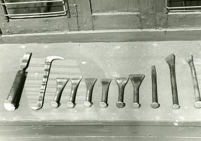 Sjötorps varv. Redskap vid drivning. F.r v: Laskjärn, laskkrok (drevkrok), Tunnjärn rabb (jagrabb1), Rabb (jagrabb 2), rabb, rabb (väckrabb), rabb, spikjärn, rabb (krokig rabb), rabb (tunn krokig rabb).