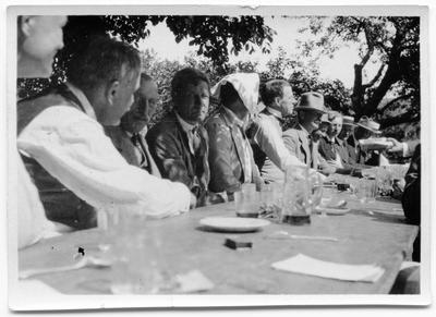 Biografiskt, människor vid ett bord.