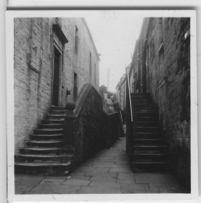 'Från ''Skageraks''-expeditionen till Hebriderna och Shetland: ::  :: Gränd i Lerwick (förminskad version av foto nr 4113:17). Smal gränd med stentrappor. ::  :: Ingår i serie med fotonr. 4113:1-82.'