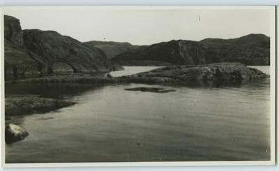 'Vy med hav och kala berg, skär. ::  :: Ingår i serie Fotonr. 5217:1-103. Se även hela fotonr. 5202-5218 med bilder från Frits Johansen.'