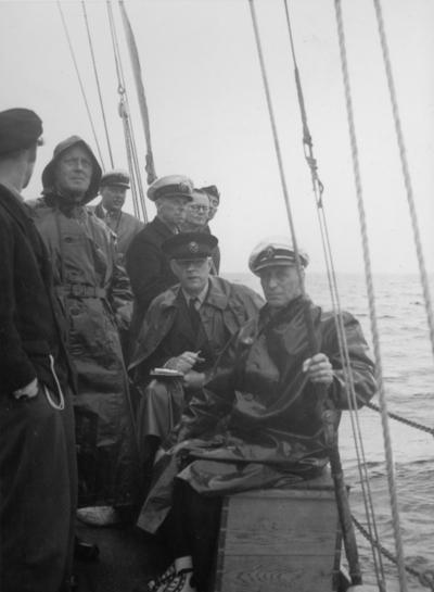 Från uttagningsseglingarna i juli 1947 inför seglingarna i USA om Scandinavian Gold Cup senare samma år. Den sittande mannen t h är Gunnar Lund (1884-1973), KSSS mångårige mätningsman.