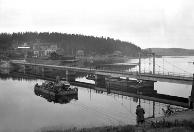 Ny bro byggs över Slottsbrosundet ca år 1930.
