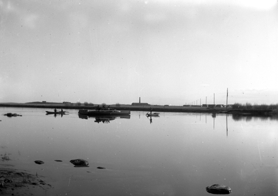 Färja mellan Orrholmen och sågverket ute på Bergholmen år 1922. Färjan var i drift tills att Jakobergsbron byggdes 1929.