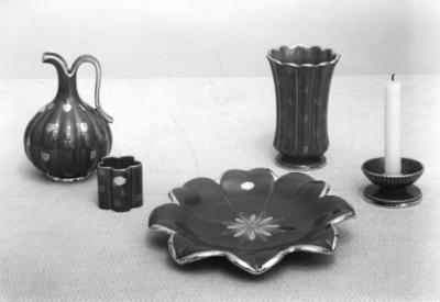 Dekor: Rubin, skaparen var chefdekoratör Eugen Trots, anställd på Gefle Porslin 1922-1963. Dekoren var i produktion 1940-1958, består av handmålade spridda guldornament på bränd rubinröd glasyr.  Ljusstake modell Z 1939-1943, höjd 5 cm, (A. Percy) Vas modell GI 1939-1955, höjd 18,5 cm. (A Percy.) Fruktfat modell CL, 1939-1952, diameter och höjd 29x 4,5 cm. Cigarettställ modell 1939-1955, höjd 6,5 cm. Blomkrus modell H, 1943-1955, höjd 20 cm, (A. Percy.)