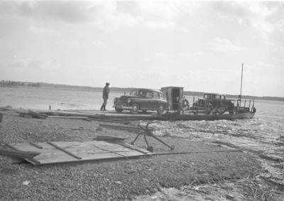 Färjesundet Norra över Hedesundafjärden, Dalälven till Sundet, Hedesunda. Våren 1953.
