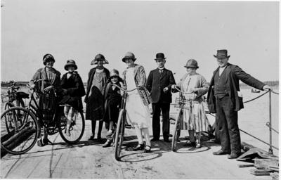 Norra Färjsundet i början av 1920-talet. Färjkarlen Anders Andersson längst till höger, de övriga är Gävlebor.