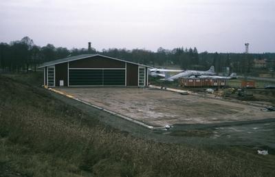 Exteriör av Flygvapenmuseum under utbyggnaden Etapp 2, våren 1988.