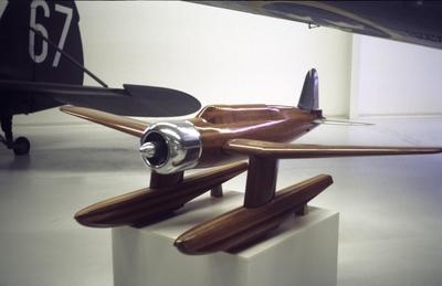 Vindtunnelmodell av flygplan B 17 i Flygvapenmuseums utställningshall, 1988.