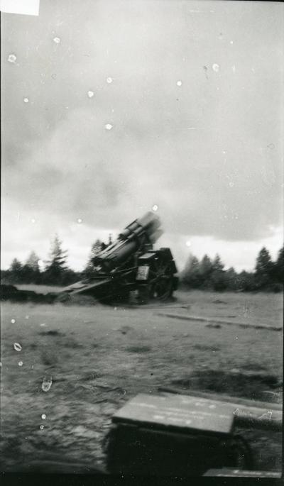 Haubits m/1917. 21 cm. Skjutning vid B 18, i Skillingayd.