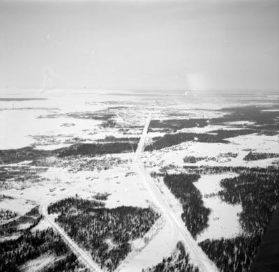Flygfotografi av landskap med väg vid F 19, Svenska frivilligkåren i Finland.