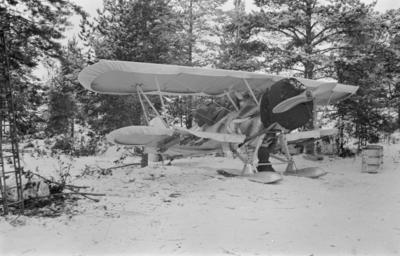 Flygplan Hawker Hart med vingkapell och hängda bomber, vid F 19, Svenska frivilligkåren i Finland.