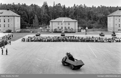 Regementet uppställt för fanöverlämning av HM Konungen den 12 aug 1994. Fordonsparad. I förgrunden en Skp m/42 (KP-bil).