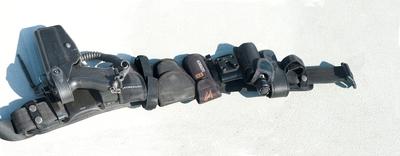Ett vapenbälte liggande på däck.