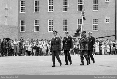 HM Konungen på väg mot kanslihuset. Standardförare Mj Bengt Wijkström. Längst bak Amiral Bror Stefenson.