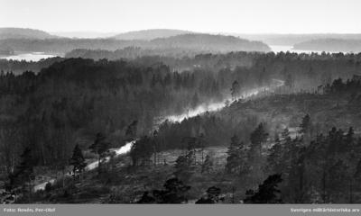 Utsikt från gamla bevakningstornet. En ensam 903: a Valpen på grusvägen.