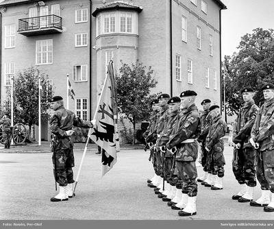 Regementet uppställt för fanöverlämning av HM Konungen den 12 aug 1994. Fanvakten med nya fanan på kaserngården.