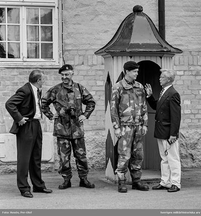 Landshövdingen, Ivar Nordberg, samtalar med Mj C V Sandberg och Brigadchefen utanför kanslihuset.