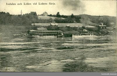 Vykort med motiv över ångbåtarna Indal och Liden som lagt till vid Lidens färjeläger.