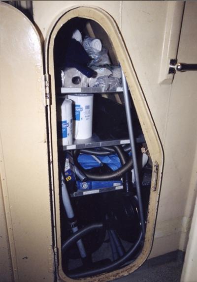 utanför NS hytt under uppgången till däck finns fartygets rengöringsmaterial