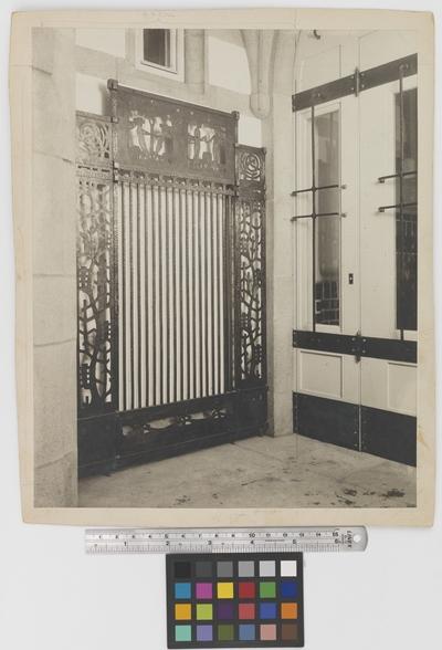 Läkaresällskapets hus Järngrind i portalen