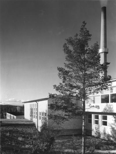 Sidsjöns sjukhus Exteriör med skorsten och träd.