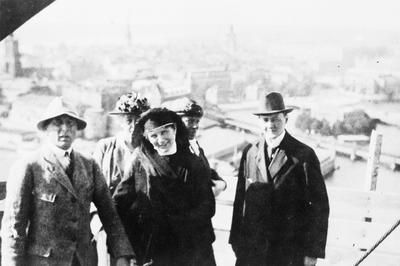 Biografiskt Biografiskt, tre män med bland andra Ragnar Östberg
