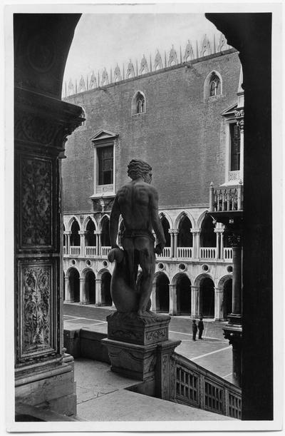 Exteriör med barn vid grind. Vykort på Palazzo Ducale, Venedig. Påskrift på vykortet.