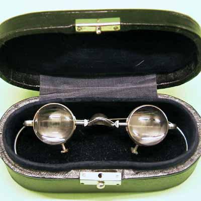 Verrekijkbril in etui