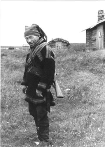 Aslak T. Näkkäläjärvi Pöyrisjärven Keskilompolon kesäkentällä Näkkälän lapinkylässä
