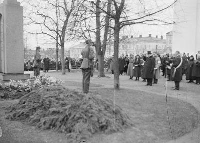 tasavallan presidentti P. E. Svinhufvud kunniakäynnillä Viron vapaussodassa 1918 kaatuneiden suomalaissotureiden hautamuistomerkillä Vanhankirkon puistossa