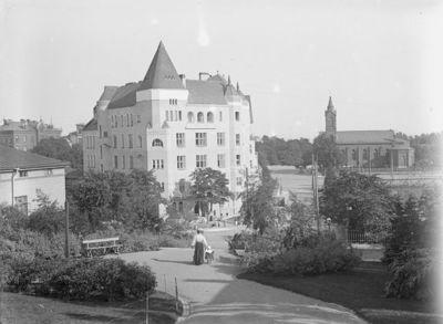 näkymä Ullan puistikosta, taustalla Pyhän Henrikin katedraali