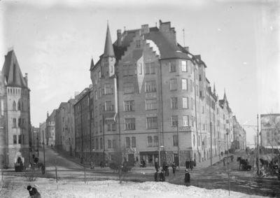 Luotsikadun ja Kruunuvuorenkadun kulma, keskellä Selim Lindqvistin suunnittelema Satamakatu 5