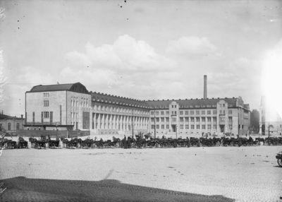Elielin Saarisen suunnittelema rautatieasema rakenteilla, etualalla vossikoita