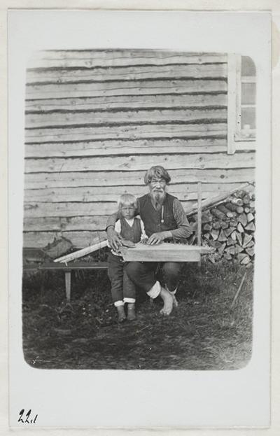 runonlaulaja Iivana Shemeikka ja pojanpoikansa
