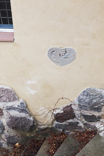 Hvitträsk, tuvan länsiterassin portaiden reliefi