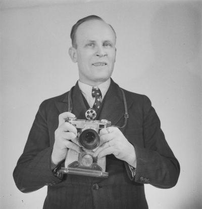 valokuvaaja Pekka Kyytinen kameroineen