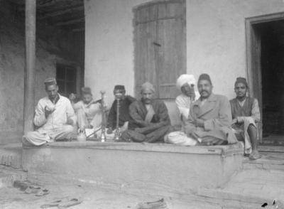 ryhmä hinduja, jotka harjoittivat koronkiskontaa, sarain kulmassa