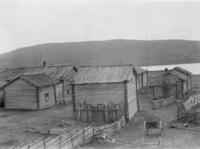 Jäätiön talon rakennusryhmä, taustalla näkyy Vuokatti